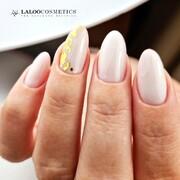 Αναμφισβήτητα τα Gold Flakes θα κάνουν το μανικιούρ σας πιο κομψό και αριστοκρατικό 👑  #laloocosmetics #laloonails