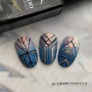 Αυτό είναι μόνο ένα από τα αμέτρητα σχέδια, που μπορείτε να δημιουργήσετε με το νέο μας Liner Gel!  Πινέλο και ημιμόνιμο χρώμα σε μια συσκευασία 🤩 Σε 5 αποχρώσεις  Χρησιμοποιήσαμε τα ημιμόνιμα Ν.236, Ν.259, Rainbow Glass Powder N.01, Contour Panter Black, Top Coat Matte, Liner Gel Silver   📸 @georgia_taxiarhi  #laloonails #laloocosmetics #lalooliner